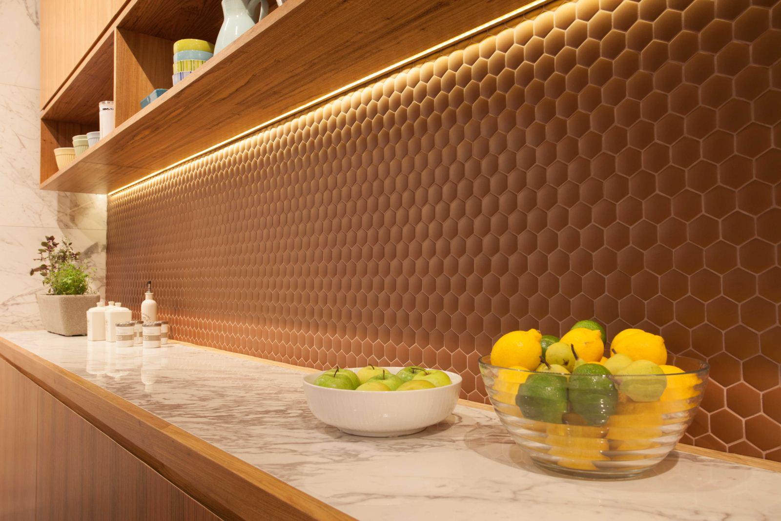 Abelhas na cozinha banheiro e até no quarto #BB9410 1600x1067 Banheiro Com Pastilhas Douradas